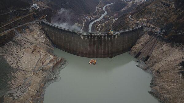 Ингури ГЭС - вид сверху на водохранилище и плотину, где зимой понижен уровень воды - Sputnik Грузия