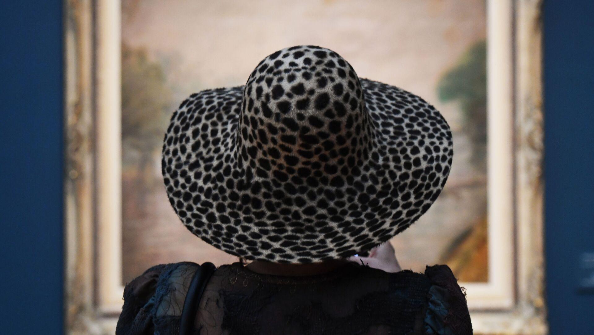 Посетительница на выставке Константин Кузнецов. Париж. Бретань. Нормандия в Третьяковской галерее в Москве - Sputnik Грузия, 1920, 11.03.2021