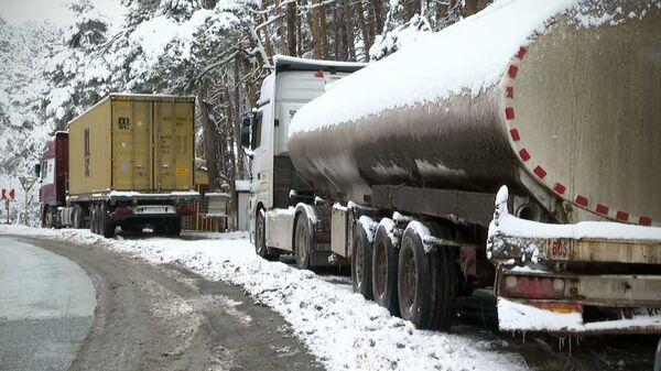 Военно-Грузинская дорога - грузовые трейлеры ждут в очереди открытия движения - Sputnik Грузия