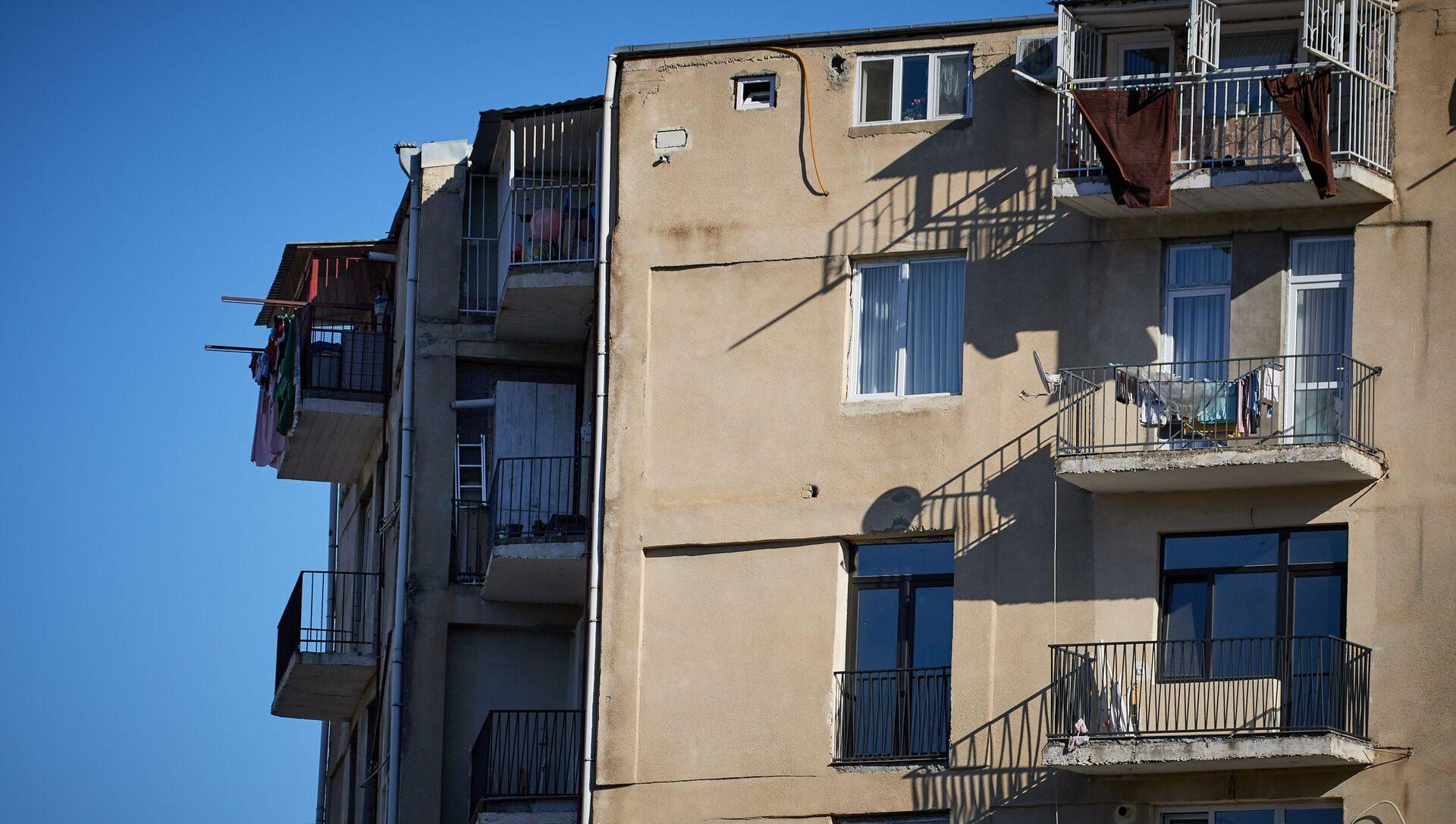 Жилой многоэтажный корпус в столице - решетки на балконе на последнем этаже - Sputnik Грузия, 1920, 08.04.2021