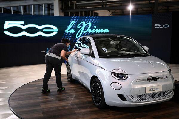 Второе место досталось стильному малышу из Италии – электромобилю Fiat 500 - Sputnik Грузия