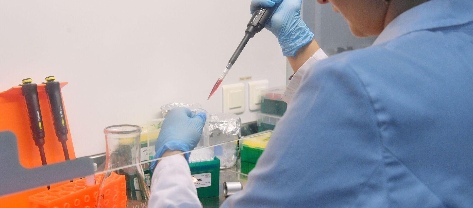 Сотрудница лаборатории проводит испытания вакцины  Спутник V от COVID-19  - Sputnik Грузия, 1920, 04.03.2021