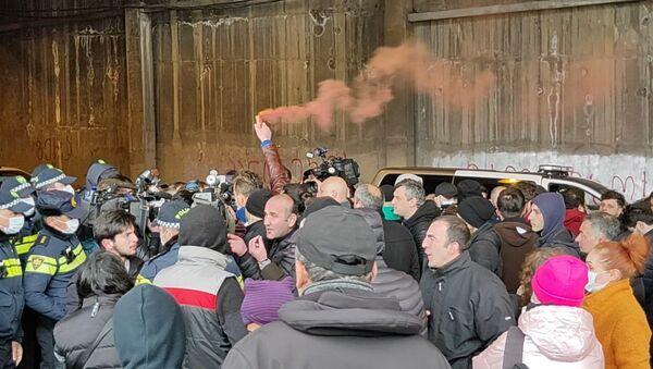 У резиденции Иванишвили прошла акция с требованием отставки премьера Грузии - видео - Sputnik Грузия