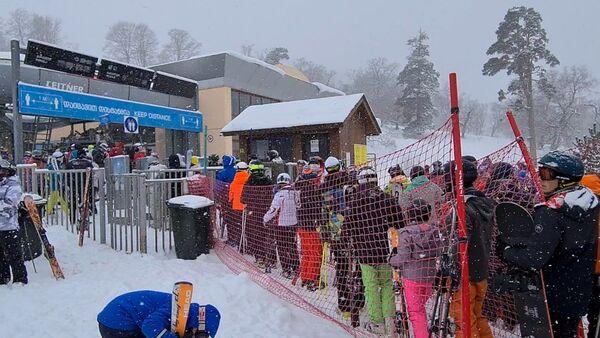 В Грузии заработали горнолыжные курорты: очереди к подъемникам в Бакуриани - видео - Sputnik Грузия