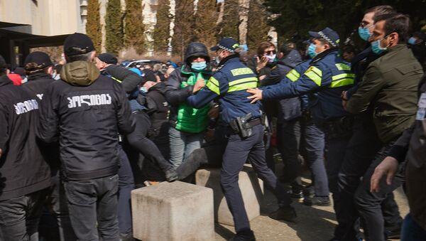 Стычки с полицией во время проведения съезда Союза регби Грузии 10 марта 2021 года - Sputnik Грузия