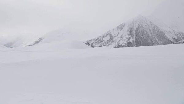 Ситуация на Военно-Грузинской дороге зимой после снегопада - Sputnik Грузия