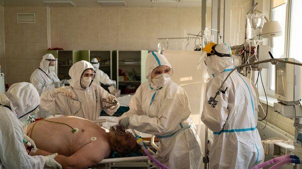 Медики лечат пациента в больнице имени Филатова, Москва - Sputnik Грузия
