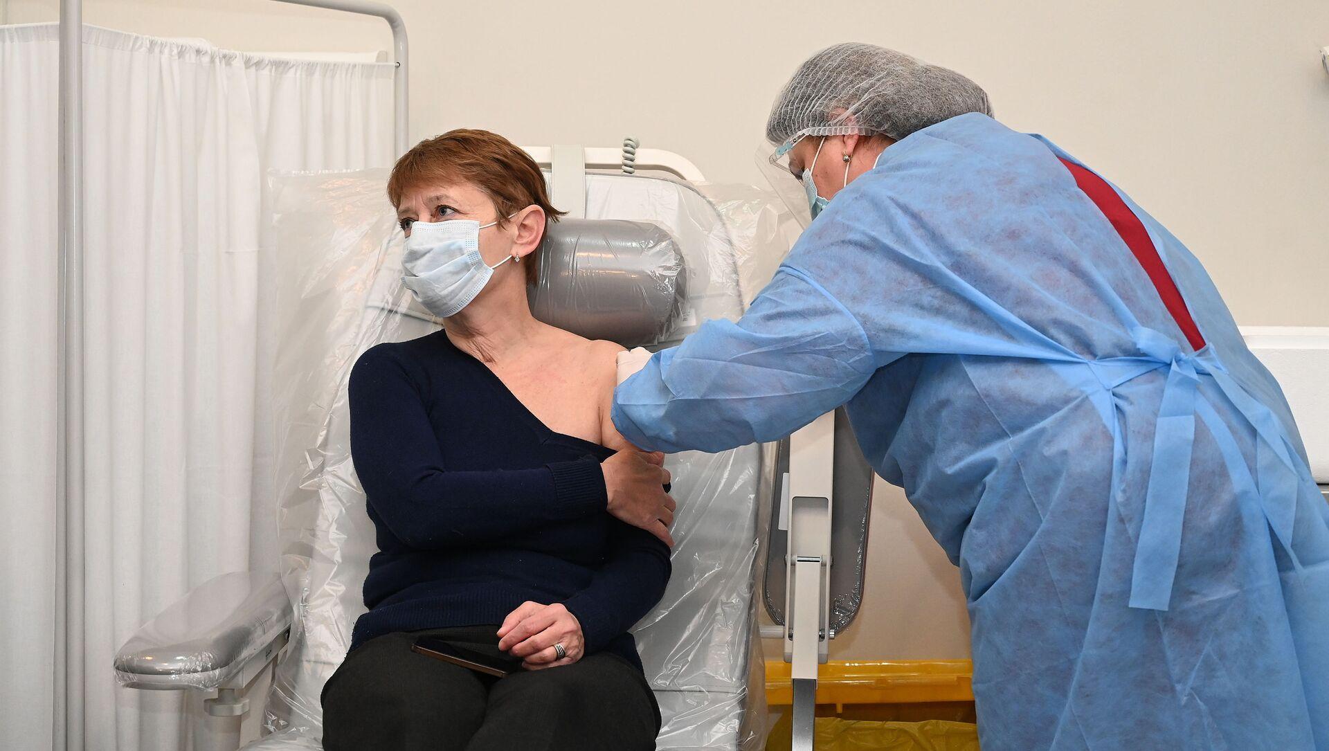 Эпидемия коронавируса - вакцинация вакциной AstraZeneca в Тбилисской инфекционной больнице - Sputnik Грузия, 1920, 13.04.2021