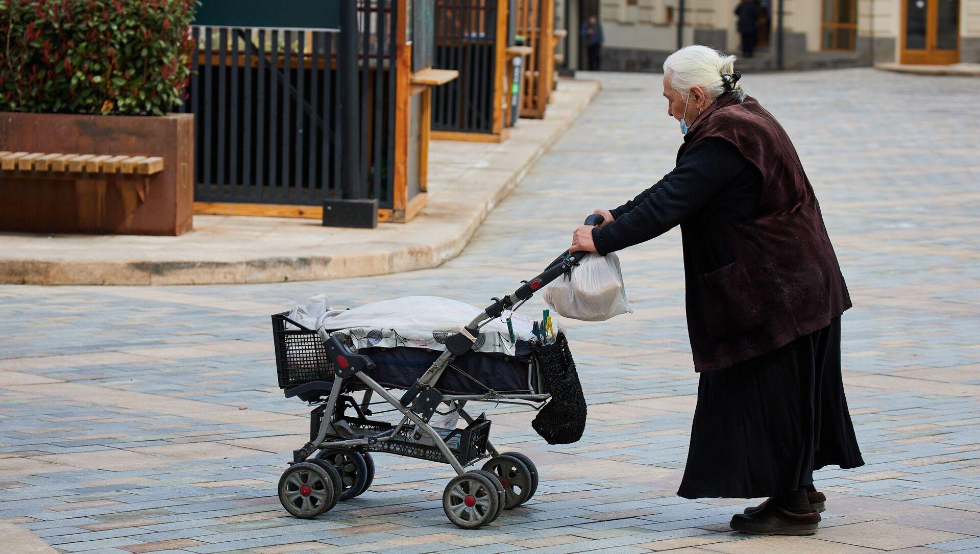 Эпидемия коронавируса - пожилая женщина в маске идет по улице - Sputnik Грузия, 1920, 02.04.2021