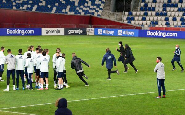 Задержание выбежавших на поле фанатов. Тренировка сборной Испании по футболу перед матчем с командой Грузии - Sputnik Грузия