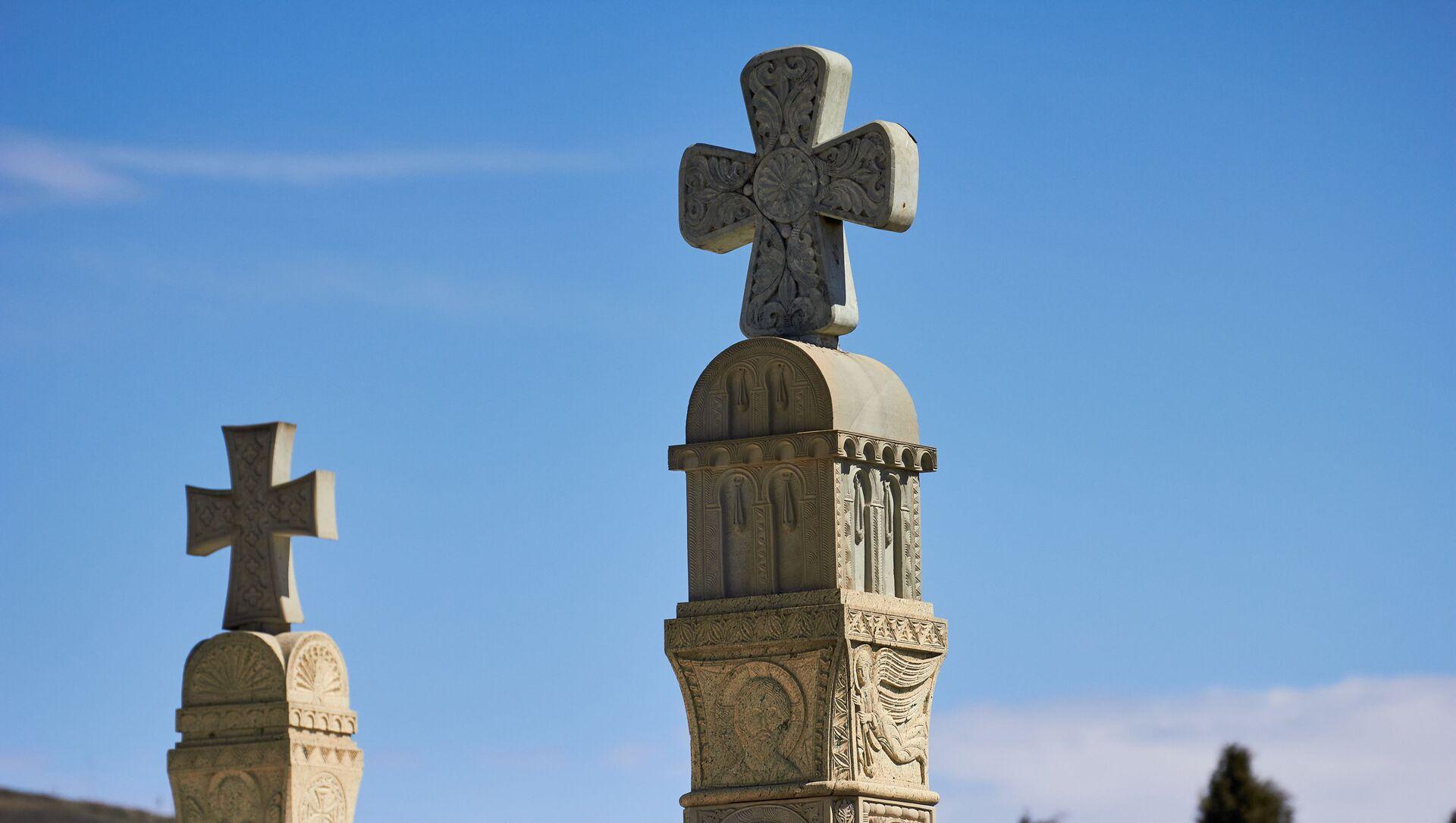 Православные кресты на территории храма Святой Троицы - Самеба - Sputnik Грузия, 1920, 29.03.2021