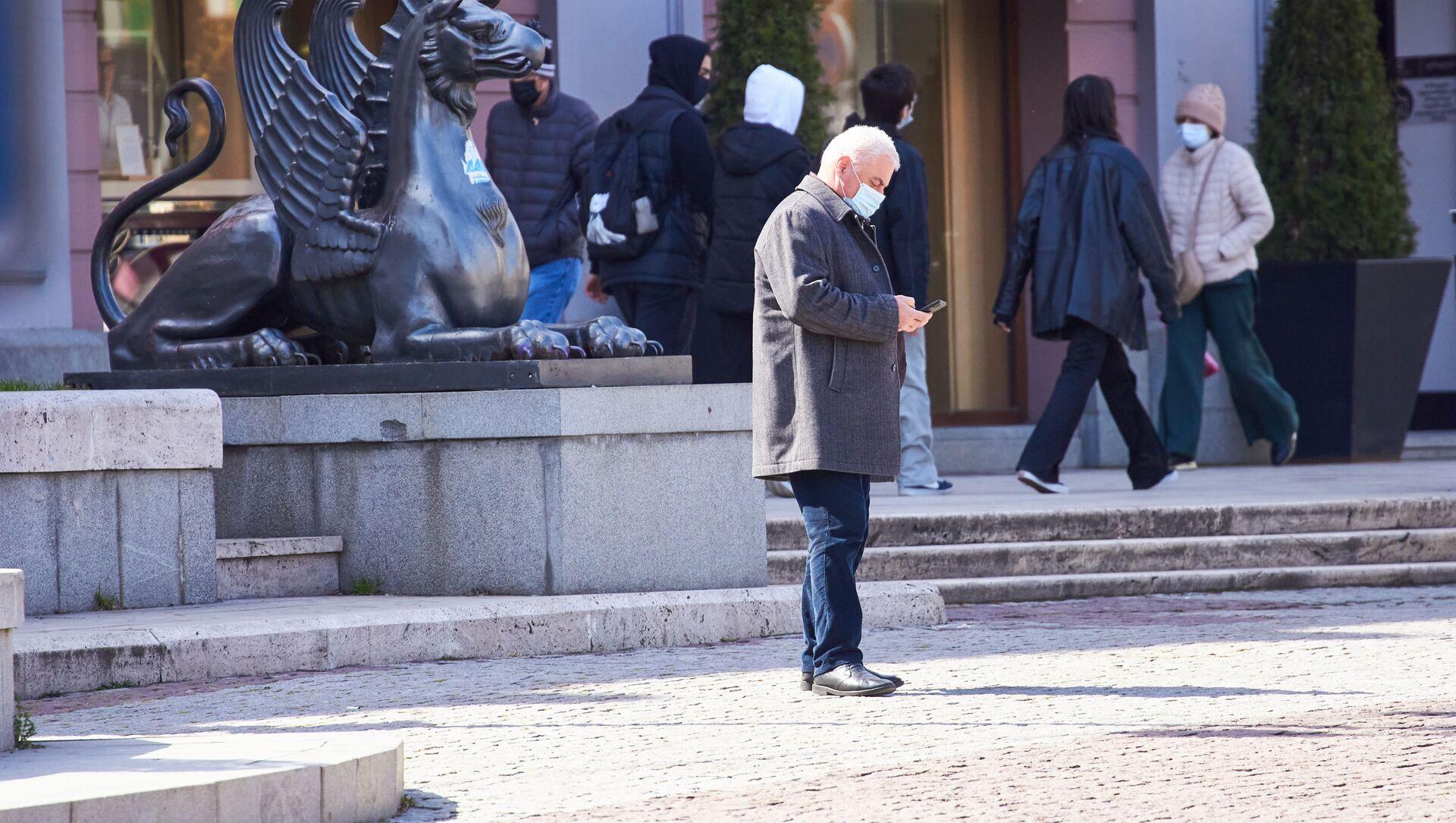 Эпидемия коронавируса - прохожие на улице в масках - Sputnik Грузия, 1920, 01.04.2021