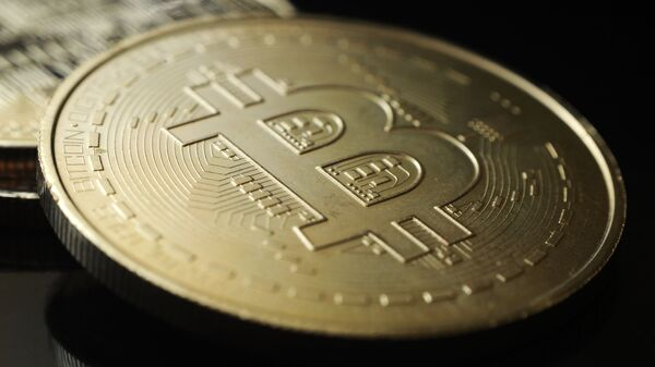 Сувенирная монета криптовалюты биткоин - Sputnik Грузия