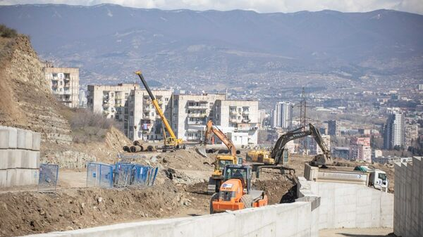Укрепительные работы на месте возможного схода оползня в районе Вашлиджвари на улице Мачавариани - Sputnik Грузия