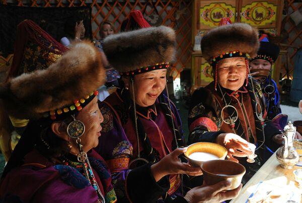 ქალები სვამენ ბურიატულ ტრადიციულ სასმელ კუმისს - Sputnik საქართველო
