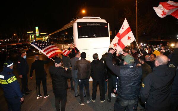 Акция протеста сторонников Нацдвижения против приезда Владимира Познера - Sputnik Грузия