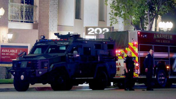 Полицейские стоят перед зданием, в котором поизошла стрельба. Ориндж, Калифорния - Sputnik Грузия