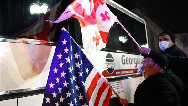 Акция протеста против Владимира Познера в Грузии. Автобус с телеведущим Владимиром Познером у отеля Vinotel  - Sputnik Грузия