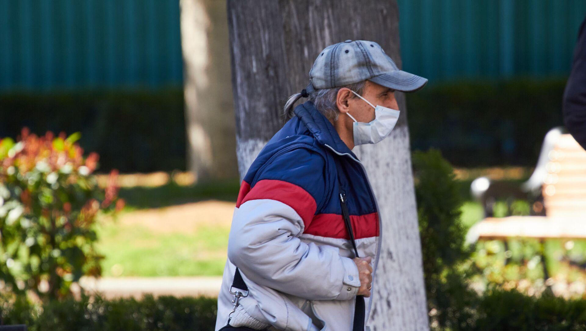 Эпидемия коронавируса - прохожие на улице в масках - Sputnik Грузия, 1920, 03.04.2021
