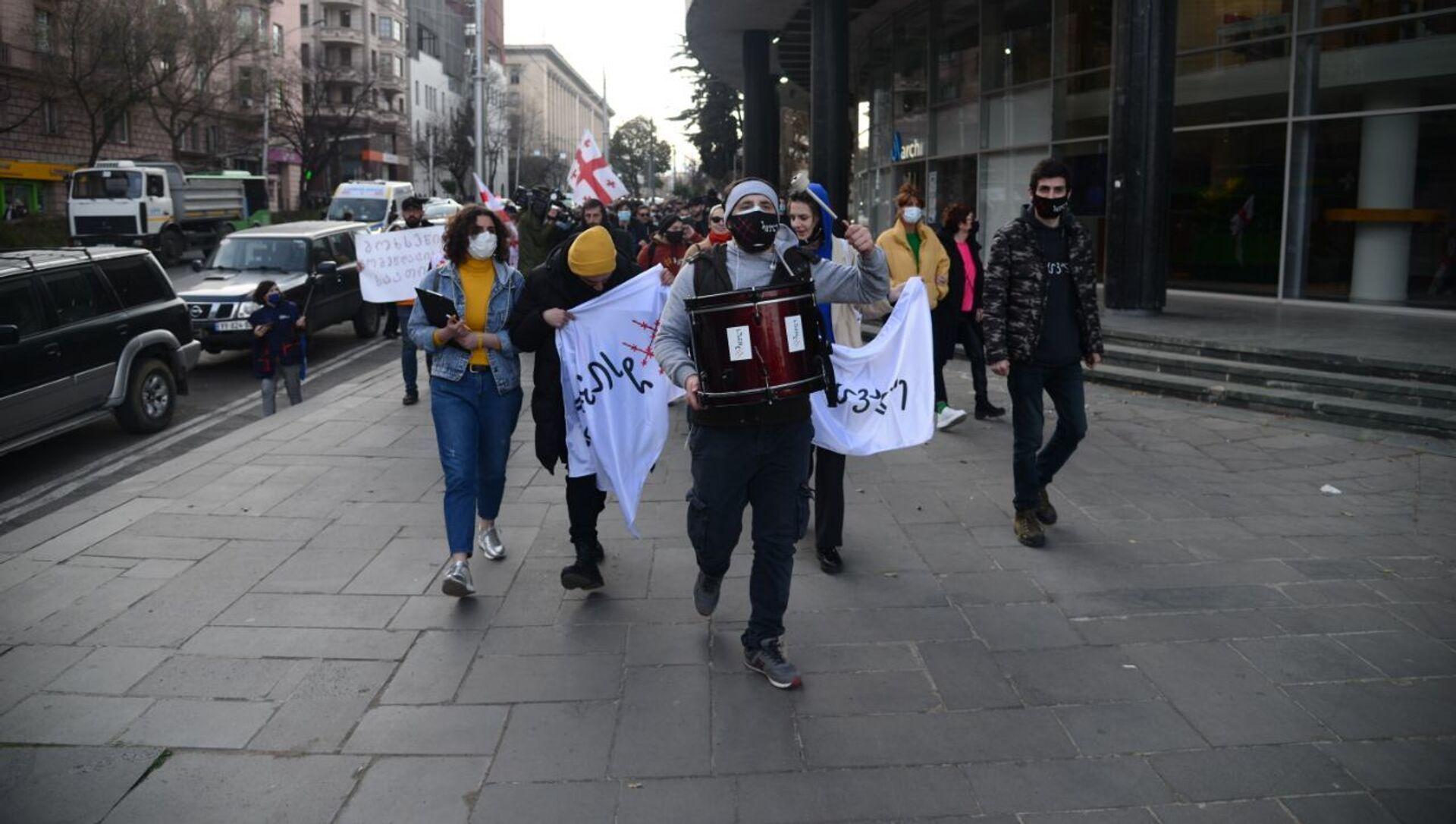 Шествие против комендантского часа и ковид-ограничений в центре столицы Грузии 3 апреля 2021 года - Sputnik Грузия, 1920, 03.04.2021