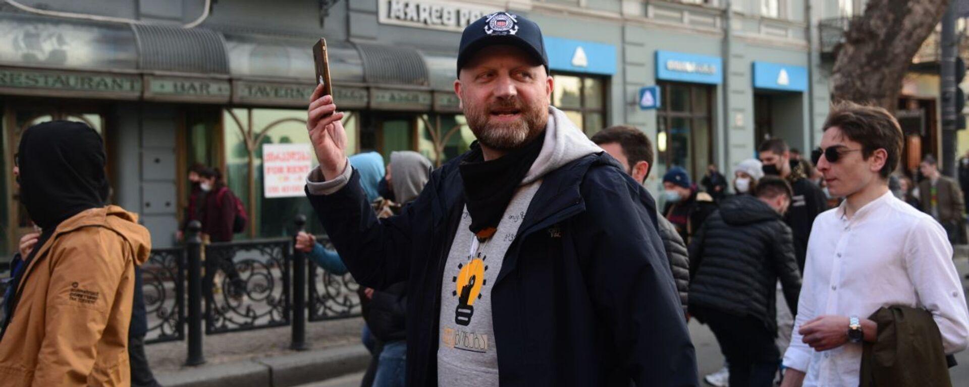 Зураб Джапаридзе. Шествие против комендантского часа и ковид-ограничений в центре столицы Грузии 3 апреля 2021 года - Sputnik Грузия, 1920, 06.05.2021