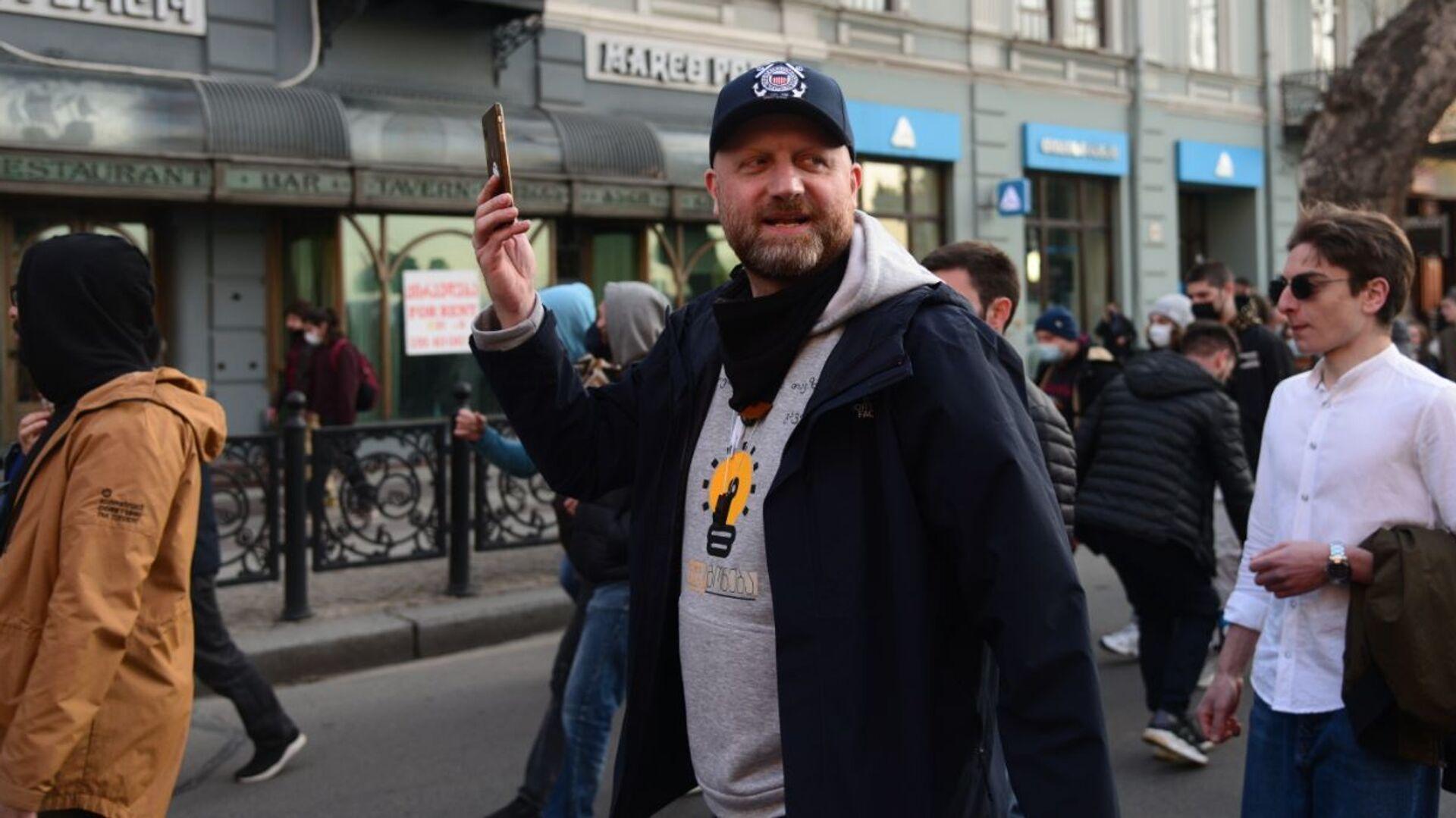 Зураб Джапаридзе. Шествие против комендантского часа и ковид-ограничений в центре столицы Грузии 3 апреля 2021 года - Sputnik Грузия, 1920, 26.09.2021