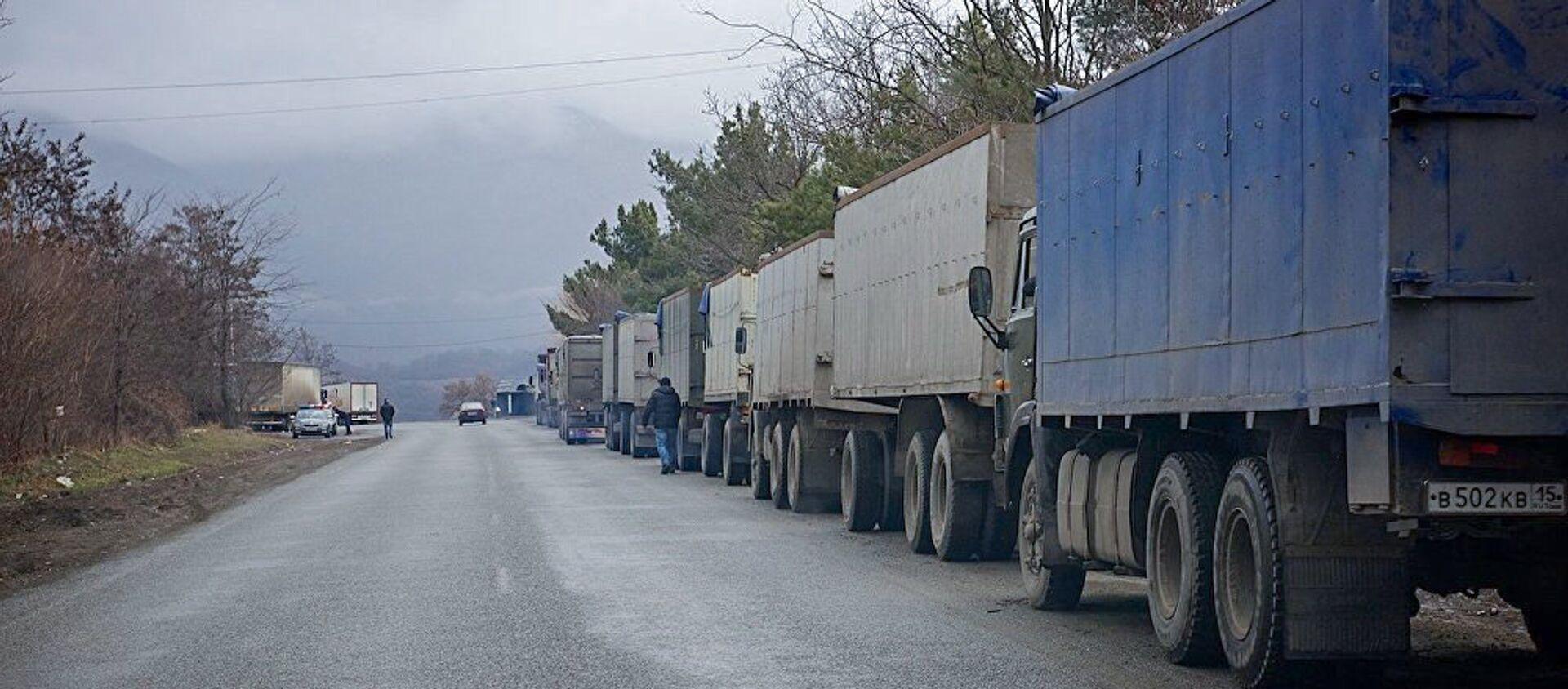 Очередь грузовых автомобилей на Военно-Грузинской дороге. - Sputnik Грузия, 1920, 05.04.2021