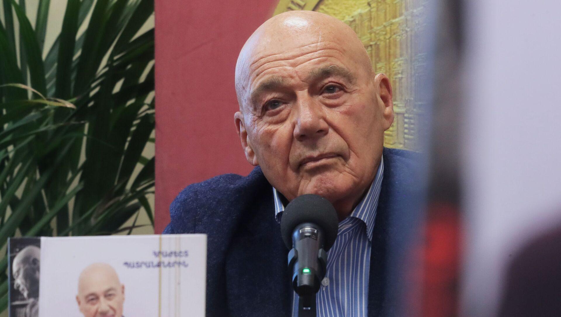 Журналист, телеведущий и писатель Владимир Познер - Sputnik Грузия, 1920, 05.04.2021