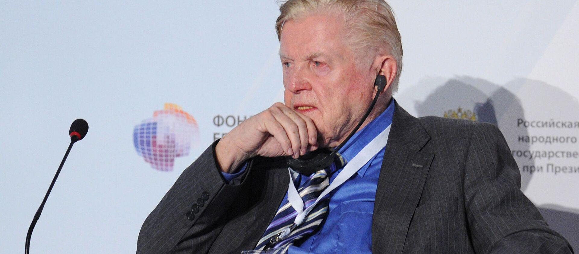 Лауреат Нобелевской премии 1999 года по экономике канадский ученый Роберт Манделл - Sputnik Грузия, 1920, 06.04.2021