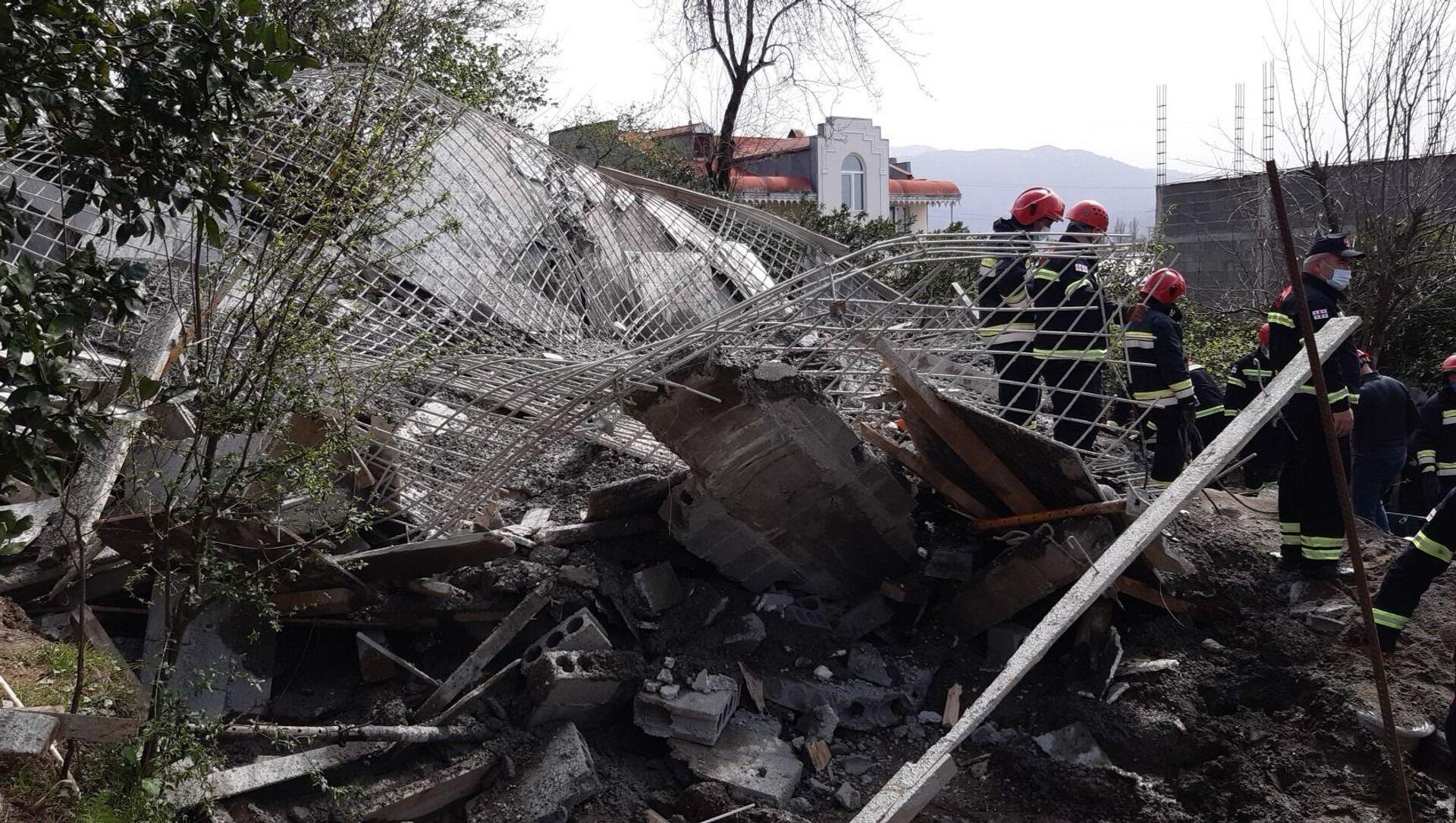 В Батуми обвалился дом - спасатели работают на месте обвала - Sputnik Грузия, 1920, 07.04.2021