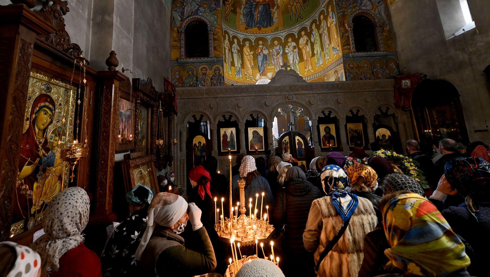 Православные верующие молятся в церкви на празднике Благовещения - Sputnik Грузия, 1920, 25.04.2021