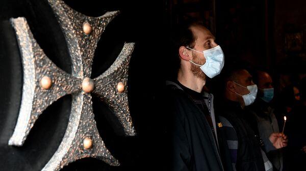 Православные верующие молятся в церкви на празднике Благовещения - Sputnik Грузия
