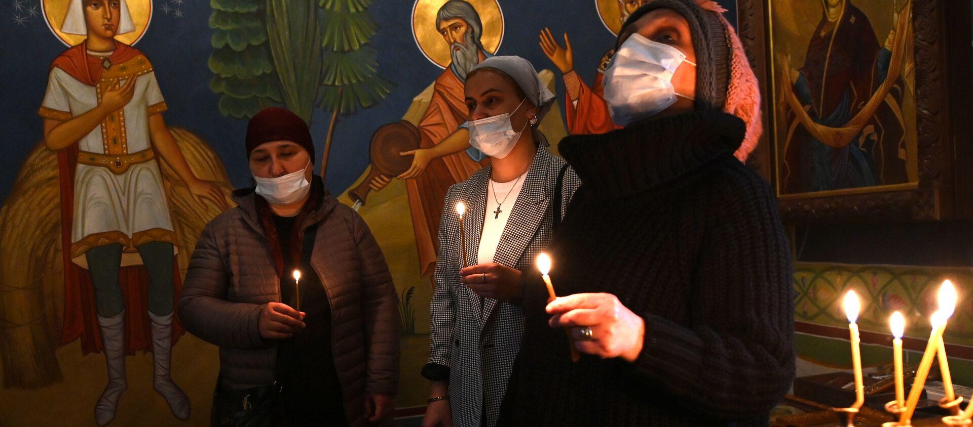 Православные верующие молятся в церкви на празднике Благовещения - Sputnik Грузия, 1920, 24.04.2021