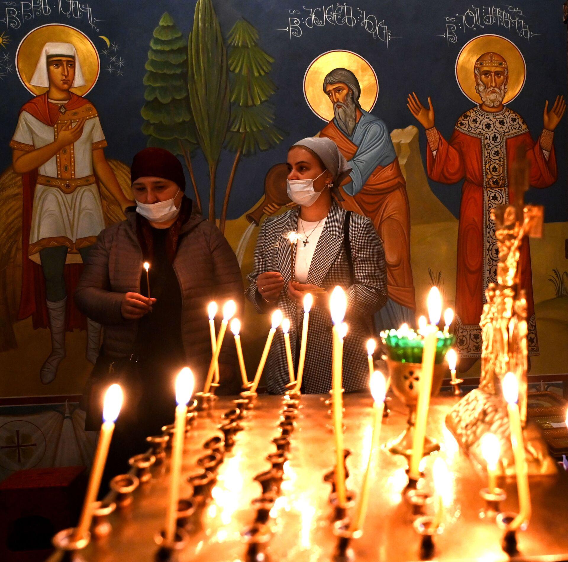 Православные верующие молятся в церкви на празднике Благовещения - Sputnik Грузия, 1920, 30.09.2021