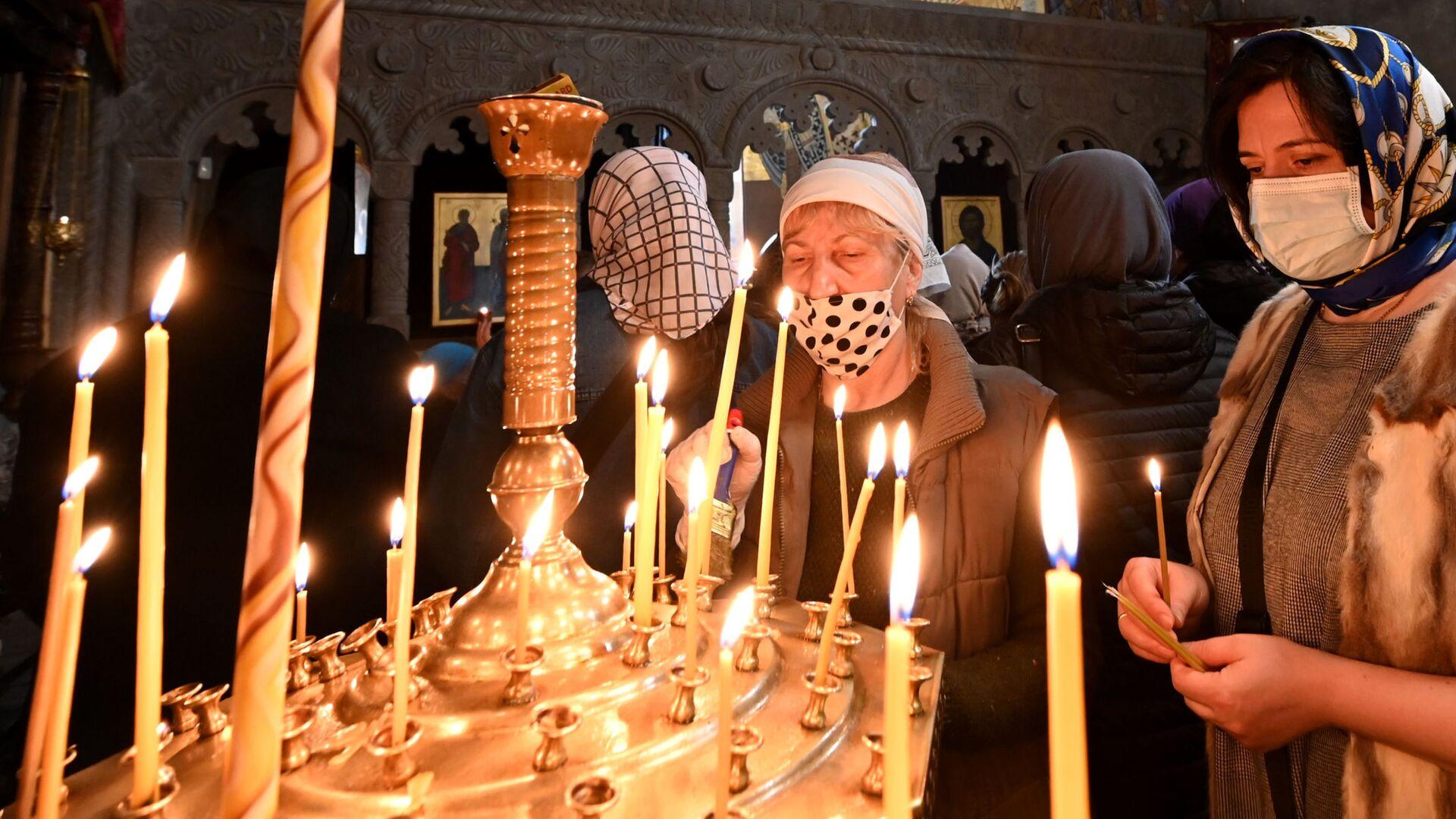 Православные верующие молятся в церкви на празднике Благовещения - Sputnik Грузия, 1920, 11.09.2021