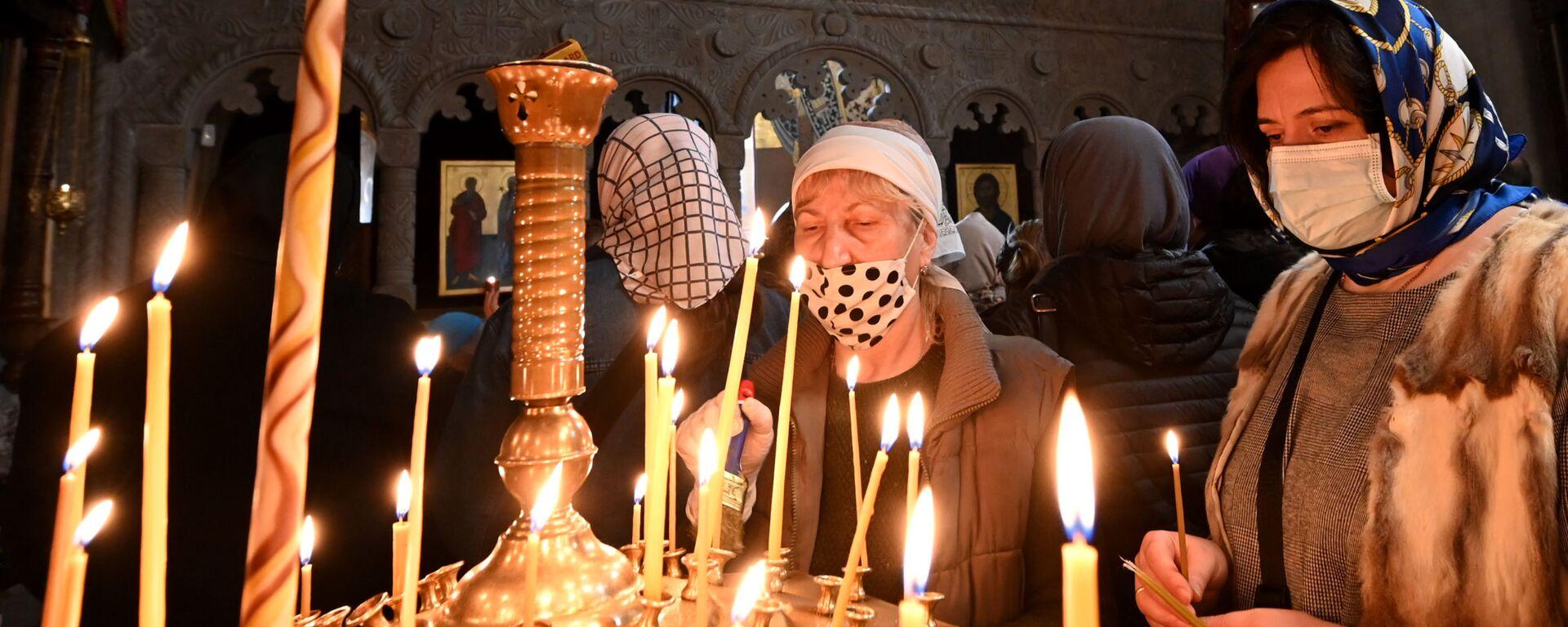 Православные верующие молятся в церкви - Sputnik Грузия, 1920, 26.04.2021
