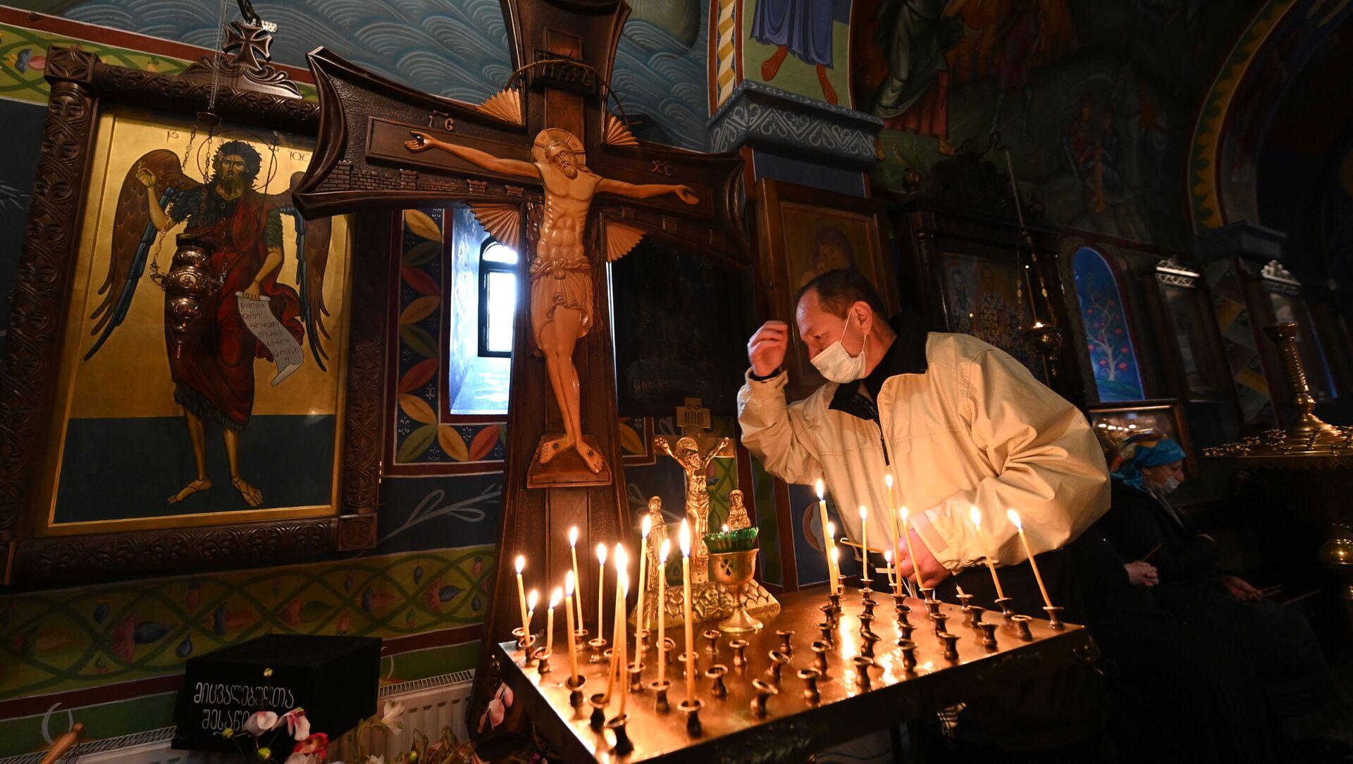 Православные верующие молятся в церкви на празднике Благовещения - Sputnik Грузия, 1920, 20.04.2021