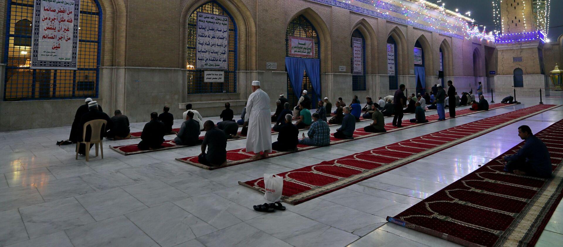 Мусульмане на вечерней молитве в суннитском святилище Абдул-Кадира аль-Гайлани перед наступающим месяцем мусульманского поста Рамадан в Багдаде, Ира - Sputnik Грузия, 1920, 11.04.2021