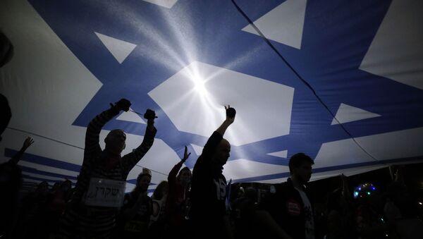 Жители страны держат израильский флаг - Sputnik Грузия