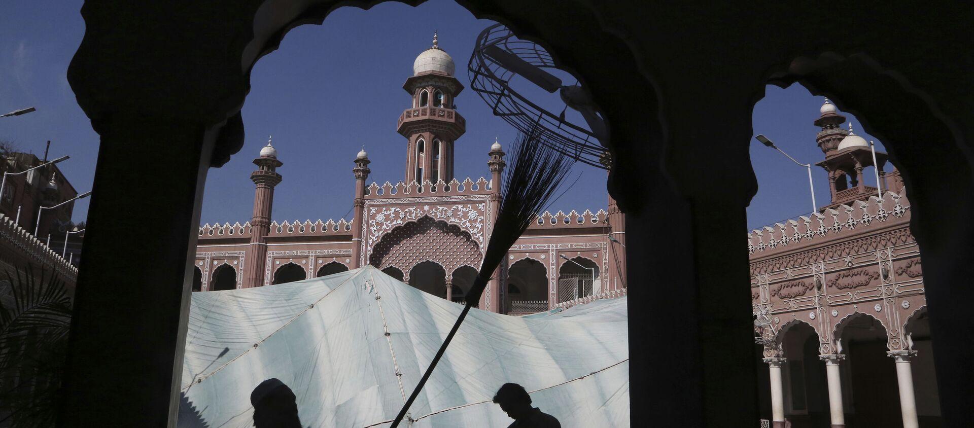 Мечеть Мохабат Хан в Пакистане в месяц Рамадан. Мусульманские праздники - Sputnik Грузия, 1920, 12.05.2021