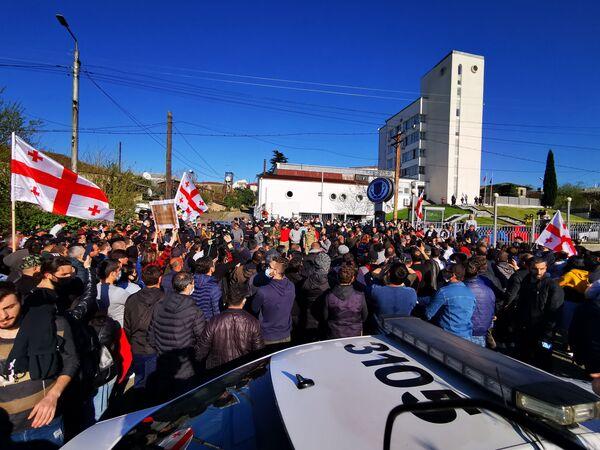А тут противники Намахвани ГЭС протестуют у здания суда в Кутаиси, требуя освобождения своих сторонников, ранее задержанных полицией за неподчинение требованиям органов правопорядка - Sputnik Грузия