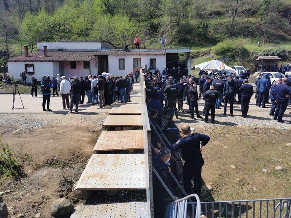 Дорогу к месту стройки перегородили железными щитами, теперь протестующие митингуют там. А в целом протесты против Намахвани ГЭС продолжаются уже несколько месяцев - Sputnik Грузия
