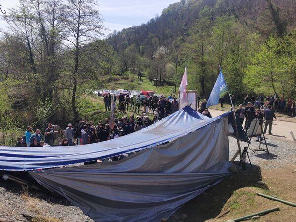 Вместо одних палаток протестующих, которые ранее убрала полиция близ места строительства, появились другие - Sputnik Грузия