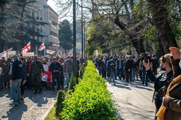 Кроме митингов в Кутаиси на центральной площади города, протестующие неоднократно проводили различные шествия - Sputnik Грузия