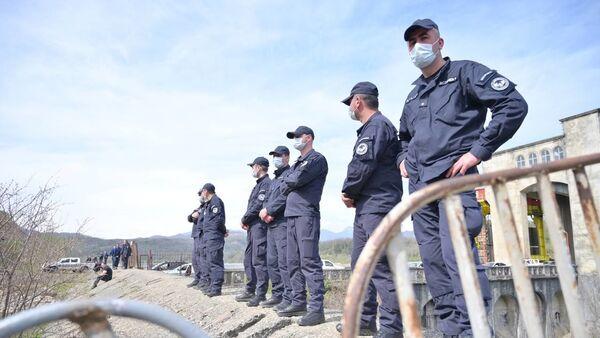 Полиция и охрана объекта. Акция протеста Защитников ущелья Риони против строительства Намахвани ГЭС 15 апреля 2021 года - Sputnik Грузия