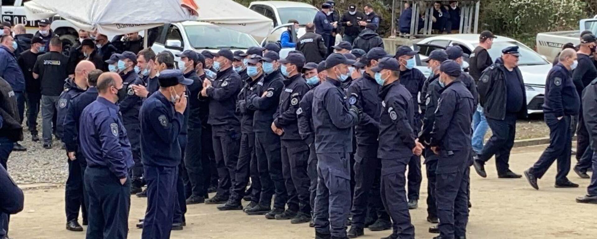 Полиция и охрана объекта. Акция протеста Защитников Риони против Намахвани ГЭС 15 апреля 2021 года - Sputnik Грузия, 1920, 14.06.2021