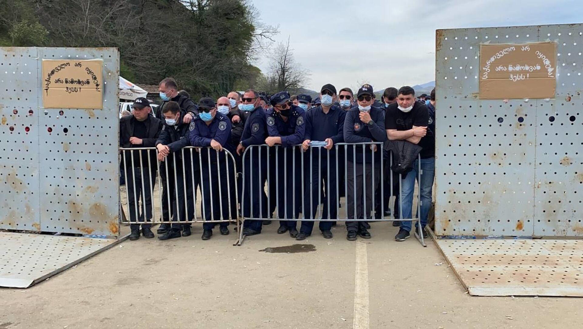 Полиция и охрана объекта. Акция протеста Защитников Риони против Намахвани ГЭС 15 апреля 2021 года - Sputnik Грузия, 1920, 27.05.2021