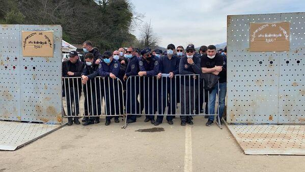 Накануне усиленные наряды полиции и службы охраны были сосредоточены на дороге, ведущей к месту строительства Намахвани ГЭС - Sputnik Грузия