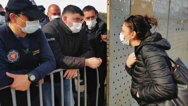 Полиция и охрана объекта и гражданские активисты. Акция протеста против строительства Намахвани ГЭС 15 апреля 2021 года - Sputnik Грузия