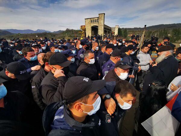 На акции протеста близ места строительства Намахвани ГЭС тем временем даже побывали представители православного духовенства  - Sputnik Грузия